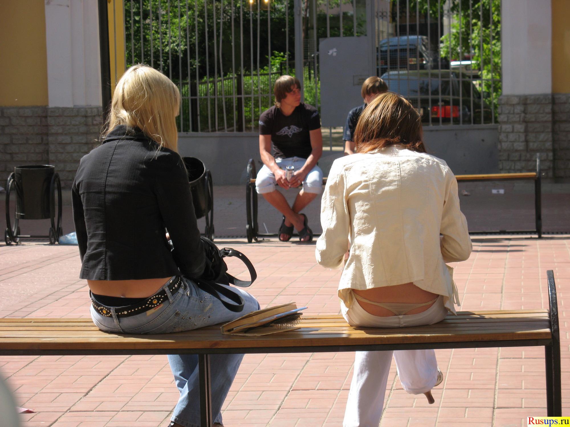 парень гладит ножки девушки под столом порно